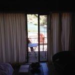 Habitación con vista al exterior del hotel sierra lago