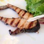 questo è il mio salmone con due foglie di lattuga buttate là senza null'altro