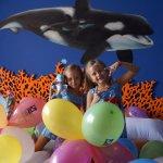 escogimos una temática y contratamos para las niñas decoración de globos y un kit de chuches y b