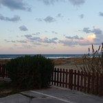 Za furtką plaża i morze