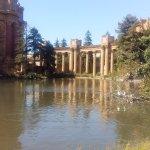 El bello lago artificial y el jardín que lo rodea