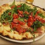 Pizza con stracchino, crudo, rucola e pachino