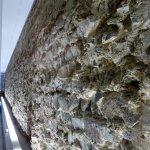 Freigelegte Grundmauer im Römermuseum.