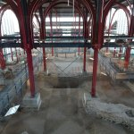 Blick in die freigelegten Thermen mit dem Schutzbau in der Größe der ehemaligen Bebauung.
