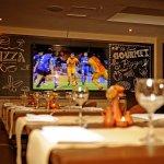 Nuestra pantalla gigante,te permitirá pasar un momento de relajo disfrutando de una buena pizza.