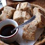 Para entretener el hambre, un pan integral con salsa