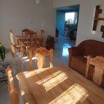 Ingresso della casa e tavoli per i pasti