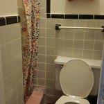 Pour atteindre la douche, il suffit d'enjamber les toilettes...