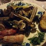 Délicieux plat de coquillages et fruits de mer chaud