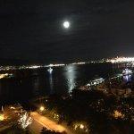 Vista noturna( com Lua refletindo), da janela do apartamento.