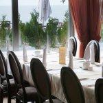 sala restauracyjna z widokiem na morze