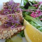 Vorspeise Thunfisch roh in Sesam an Salat