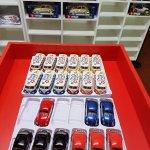 Modellini di automobili in esposizione al piano inferiore