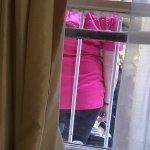 staff fumando en la ventana de la habitacion