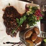 Hampe de bœuf sauce échalotes et vinaigre balsamique avec pommes de terre