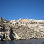 Veduta del complesso del castello e dell'abbazia dal mare