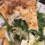 Quel che resta del medaglione di carne con verdure grigliate, insalata,accompagnato dal pane piz