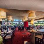 Le restaurant, sur le golf et au loin la mer...
