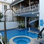 La piscine et la terrasse intérieure