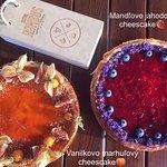 - vanilkovo marhuľový cheescake🍑 - mandľovo jahodový cheescake🍓