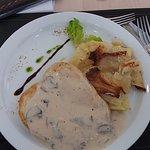 Pollo grillé con salsa de champiñon y papas horneadas