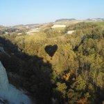 l'ombra della mongolfiera suggerisce un cuore...