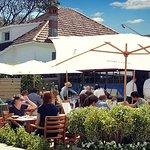 Disfrutando en EL PUESTO  uno de los placeres de Carrasco, sus jardines y la excelente gastronom