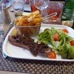 faux filet, grillé oignons confits frites salade