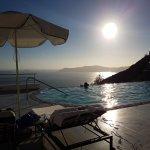 La suite donne un accès direct à la piscine avec vue sur la mer et la caldera