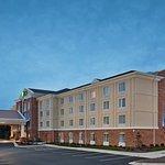 Photo de Holiday Inn Express & Suites Greensboro Airport