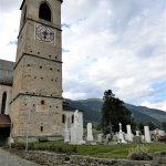 修道院の塔と墓碑