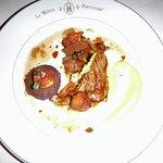 Aiguillettes de canard local sautées Figue et saké, Macaire de bleue d'Artois, Jus de carcasse