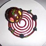 La Sphère noire aérienne Alliance de fruits rouges et saveurs exotiques au biscuit Traoumad