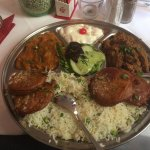 Mittagsteller mit Pakora/Rinder- und Kürbiscurry samt Reis