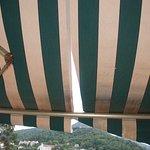tente solaire sur la terrasse, pas très propre!