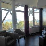 Helles Zimmer durch große Fensterfront