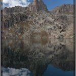 Las Agujas de Les Amitges (2638 m.) reflejados en el Estanque Grande de Les Amitges.