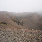 下ってきた西の縁を振り返る。高山帯、例えば御岳の頂上付近のような景観である。