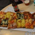 plateau de différentes pizzas
