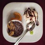 Warmer, innen flüssiger Schokoladenkuchen mit feiner Vanille-Eiscreme vom Bauernhof - ein Traum