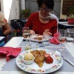 très bon dessert : tarte tatin avec fraise et boule de glace artisanale