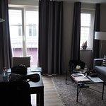 Zimmer; Blick direkt zum Nachbarhaus