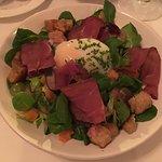 Vorspeise, Nüsslisalat mit pochiertem Ei und Hirschschinken