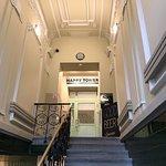 ... treppauf/treppab ... der große renovierte Flur des Hotels LEONE