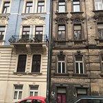 ... links das LEONE, rechts und sonst an der Straße dunkle und noch nicht renovierte Stadthäuser