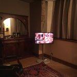 TV qui a fonctionné les 5 premières minutes, prises et multipliées qui trainent au sol