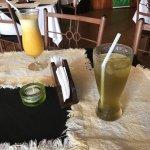 Unas buenas bebidas! Te verde con menta y Piña con naranja! Luego hamburguesa de la casa y camar