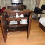 Mueble que se convertía en mesa, con los utensilios necesarios para comer.
