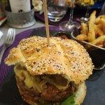 Burger de tartare de magret de canard au foie-gras.