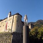 Die Skulptur von Peter Senoner bildet mit dem Schloss ein schönes Ensemble der Gegensätze.